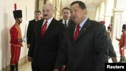 Los presidentes de Bielorrusia, Alexander Lukashenko (izquierda) y de Venezuela, Hugo Chávez, en el Palacio de Miraflores, en marzo de 2010.