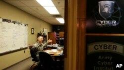 New York West Point Askeri Akademisi'ndeki Siber Araştırmalar Merkezi askeri istihbarat direktörü Albay Gregory Conti