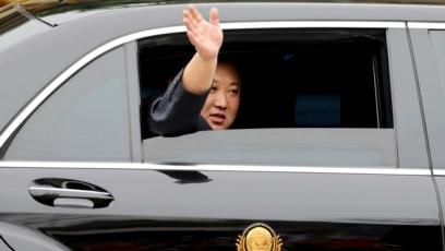Chủ tịch Kim Jong Un trên chiếc xe hơi hiệu Mercedes.
