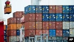 集裝箱被裝上停泊在中國天津港的貨輪。(資料照)