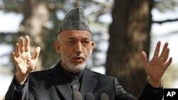 阿富汗總統卡爾扎伊10月4日在喀布爾一次記者招待會上