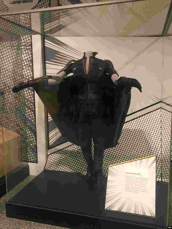 نمایشگاه ابرقهرمانها در واشنگتن - لباس «استورم» که «هلی بری» در نقش این ابرقهرمان در سال ۲۰۱۴ پوشید. «استورم» ملکه آفریقایی است که نخست در مجموعه کمیک سال ۱۹۷۵ حضور پیدا کرد. او توانایی کنترل آبوهوا و فشار جو در مساحتی محدود، پرواز کردن و ایمنی محدودی در برابر سرما و گرمای شدید دارد.