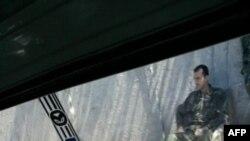 Фотографии из Сирии поступают редко. В базе фотоизображений AP сегодня появился лишь один кадр, сделаный из окна машины в Дамаске: сирийский солдат контролирует дорожное жвижение.