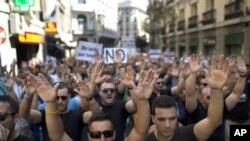 Ribuan pekerja Spanyol melakukan aksi unjuk rasa menentang langkah-langkah penghematan oleh pemerintah di Madrid, Senin (16/7).