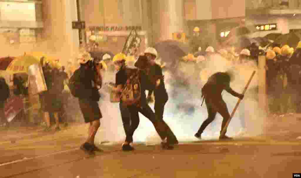 7月28日香港警方向德輔道中永安百貨對開集結的示威者人群施放催淚彈,示威者紛紛走避。 (美國之音湯惠芸拍攝)