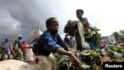 Un enfant vendant du manioc en République démocratique du Congo (RDC)