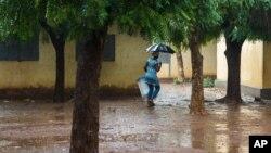 Une femme dans les rues de Bamako, 2013
