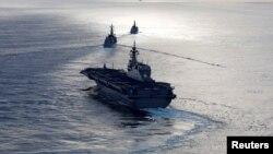日本直升机航母加贺号(前)、日本驱逐舰电号(中)和英国护卫舰阿盖尔号在印度洋举行联合军演。(2018年9月26日)