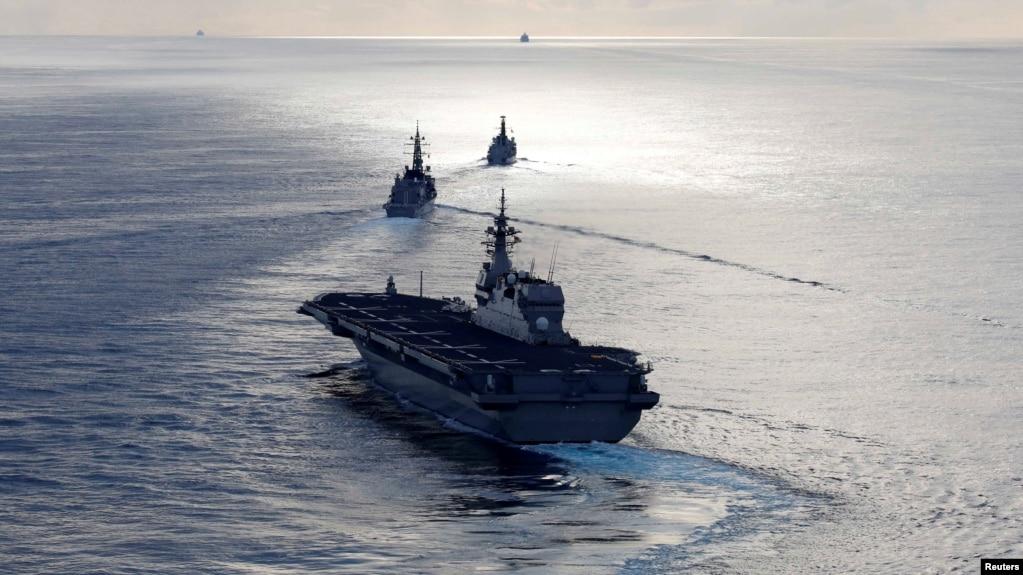 资料照片:日本加贺号直升机航母(前)和电号驱逐舰(中),和英国皇家海军阿盖尔号巡防舰于2018年9月26日在印度洋联合海上军演。