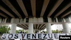 Yon bandwòl devan bilding kote 47èm Asanble Jeneral Òganizasyon Eta Ameriken yo OEA tap dewoule a nan Cancun, peyi Meksik. Mèkredi 21 jen 2017.