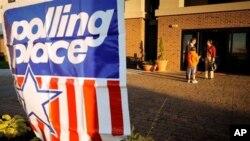 A l'occasion des elections de mi-mandat, les electeurs Americains se rendent dans les écoles et les centres communautaires pour voter aujourd'hui. Ce drapeau indique l'emplacement d'un bureau de vote.