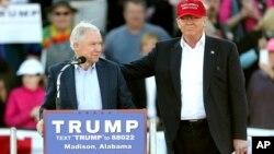 Donald Trump (derecha) junto al senador Jeff Sessions, republicano por Alabama, quien anunció públicamente su apoyo a Trump.