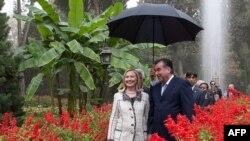 AQSh Davlat kotibasi Xillari Klinton 2011-yilning oktabrida Tojikistonga borganida, prezident Imomali Rahmon uni o'z dala hovlisida mehmon qilgan