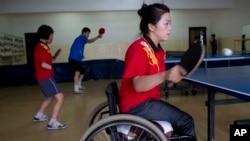 지난 2012년 평양 대동강 장애인 문화센터에서 북한 탁구 선수들이 연습중이다. (자료사진)