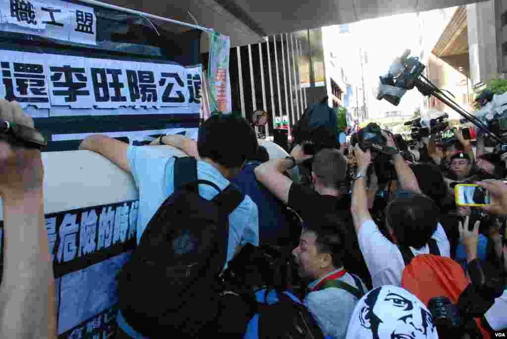 示威者不满「被困」冲击水马阵的时候,大批记者爬上水马阵拍摄进道