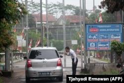 Seorang petugas keamanan memeriksa mobil yang memasuki Lapas Gunung Sindur, Bogor, tempat penahanan Abu Bakar Ba'asyir, 22 Januari 2019. (Foto: Tjahyadi ERMAWAN/AFP)