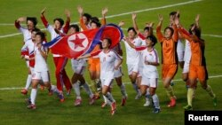 인천아시안 게임 여자축구 결승전에서 북한 선수들이 일본을 3:1로 누르고 금메달을 확정지은 후 기뻐하고 있다.