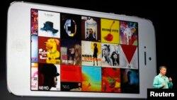 Eddy Cue, wakil presiden senior Apple untuk layanan dan perangkat lunak Internet, memperlihatkan fitur antarmuka terbaru iTunes. (Foto: Dok)