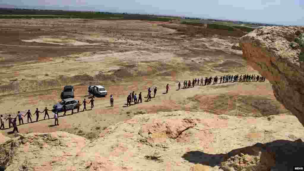 این فعالان داوطلب حفاظت از محیط زیست، دور تپه بی بی دن در ۲۵ کیلومتری سیرجان زنجیره انسانی تشکیل داده اند. آنها می گویند این تپه که قدمت تاریخی دارد، جولانگاه معدن داران شده است.