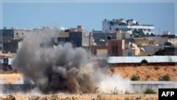 Khói bốc lên sau vụ nổ gần khu dinh cơ chính của ông Gadhafi trong thủ đô Tripoli