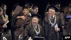 尾原佐知(左)出席加州大学伯克利分校的毕业典礼