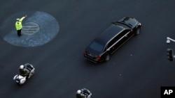 据信是金正恩乘坐的黑色轿车2019年1月9日驶过北京长安街(美联社)