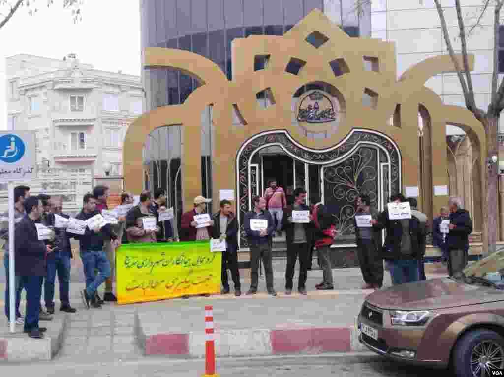 روز پنجشنبه گروهی از پیمانکاران شهرداری سنندج تجمع اعتراضی برگزار کردند.