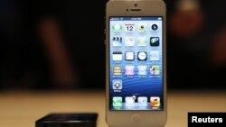 iPhone 5 saat diperkenalkan pada acara media di San Francisco, California (12/9). (Reuters/Beck Diefenbach)