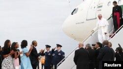 Presiden AS Barack Obama (ke-empat dari kiri) dan istri serta anaknya menyambut Paus Fransiskus (ke-dua dari kanan) ketika tiba di Joint Base Andrews yang terletak di negara bagian Maryland, dekat Washington D.C. 22 September 2015. (REUTERS/Jonathan Ernst)