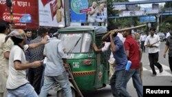 Para pendukung partai Jamaat-e-Islami marah di ibukota Dhaka, setelah keputusan hukuman mati bagi mantan tokoh Jamaat-e-Islami, Ghulam Azam di pengadilan Dhaka (15/7).