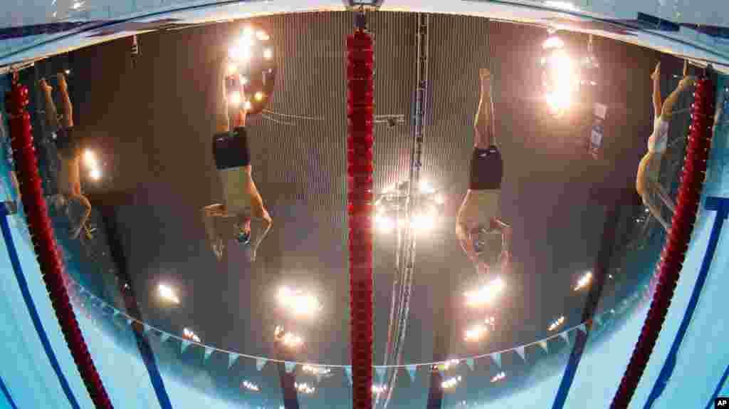 2 vận động viên Mỹ Michael Phelps (trái) và Ryan Lochte bắt đầu trận tranh tài 200 mét nam hỗn hợp cá nhân tại Trung tâm Thể thao Dưới nước, Aquatics Centre. (AP Photo/Mark J. Terrill)