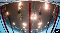 Michael Phelps, trái, và Ryan Lochte, trong cuộc đua 200 mét hỗn hợp nam.