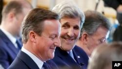 영국 런던에서 12일 열린 반부패 정상회의에 데이비드 캐머런 영국 총리(왼쪽)와 존 케리 미 국무장관이 참석했다.