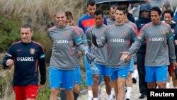 El entrenador de Portugal, Paulo Bento (izquierda) guía a sus jugadores a una sesión de entrenamiento, con Pepe, Nani, Crisitano Ronaldo y Bruno Alves al frente.