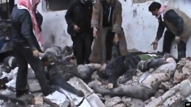 23일 시리아 하마시 외곽지역에 정부군의 공습이 있은 후, 무너진 건물 속에서 사체를 꺼내는 사람들.