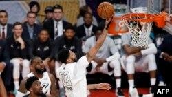 Anthony Davis, à droite, NBA All-Star, Los Angeles, le 18 février 2018, à Los Angeles.