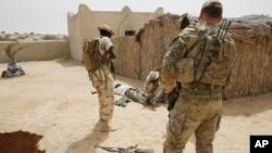 미군 특수부대원들이 아프리카 차드에서 현지 병력 훈련을 지원하고 있다. (자료사진)