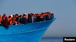Migrants attendant d'être secourus par l'ONG Migrant Offshore Aid Station au large des côtes de Sabratha en Libye, le 15 avril 2017.
