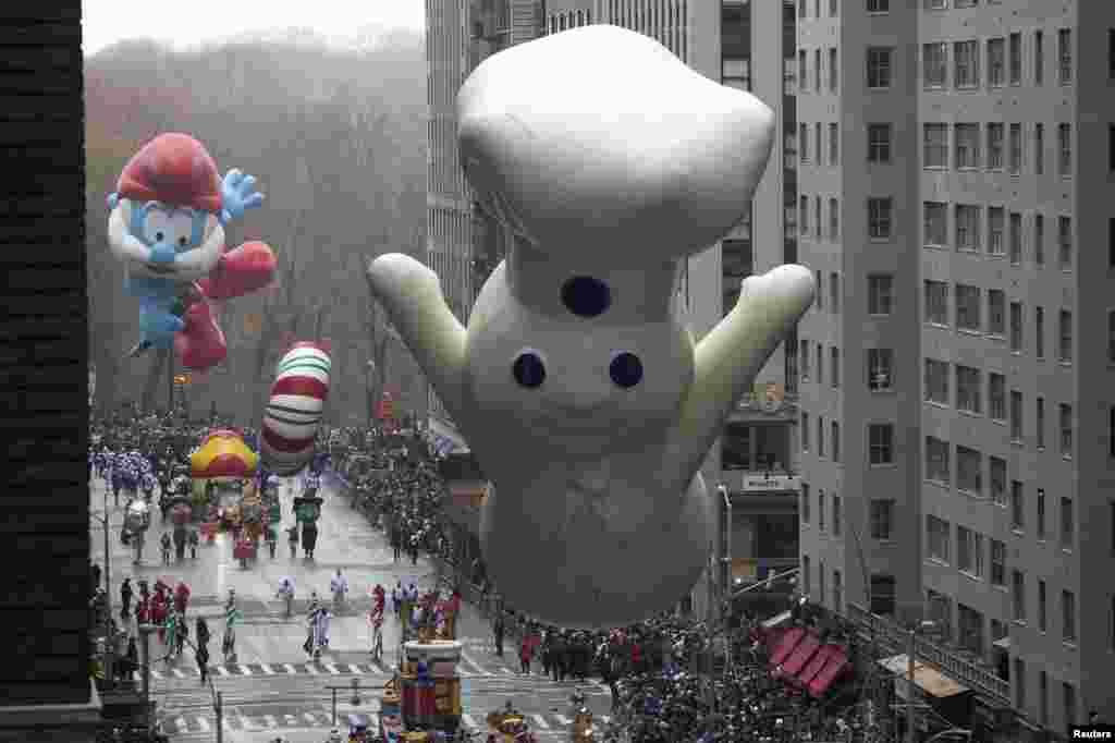 فلم اور فنون کی مشہور شخصیات اپنے فن کا مظاہرہ کرتے ہیں اور کئی قدآور و بارونق غبارے چھوڑے جاتے ہیں۔