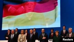 រូបឯកសារ៖ អធិការបតីអាល្លឺម៉ង់ Angela Merkel និងក្រុមអ្នកអភិរក្សនិយមក្នុងគណបក្ស CDU ច្រៀងចម្រៀងគោរពទង់ជាតិ។