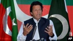파키스탄 야당 지도자 임란 칸이 지난 4월 수도 이슬라마바드에서 기자회견을 진행하고 있다. (자료사진)