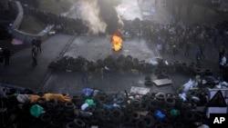 Hàng rào do người biểu tình dựng lên bên ngoài Quảng trường Độc lập trong thủ đô Kyiv, 21/2/14