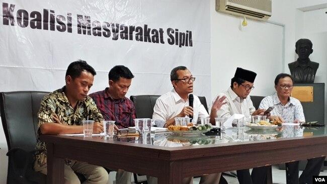 """Diskusi publik """"Bedah Visi Pertahanan dan Keamanan Calon Presiden"""" di Kantor Imparsial, Jakarta, Rabu (27/3) (Foto: VOA/Fathiyah)."""