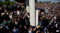 Ribuan warga Israel menghadiri upacara pemakaman tiga remaja yang tewas di Tepi Barat di kota Modiin, Israel (1/7).