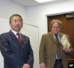 新疆大学杨忠东(左)和南加大美中学院副院长杜克雷