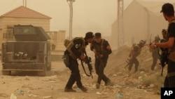 Nhân viên an ninh Iraq chiến đấu chống lại các vụ tấn công của phiến quân IS tại Ramadi.