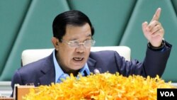 "File Photo: Prime Minister Hun Sen addresses environmental activists during the first national forum on ""Protection and Conservation of Natural Resources,"" on Monday , August 22, 2016 at Peace Palace in Phnom Penh. (Leng Len/VOA Khmer)"