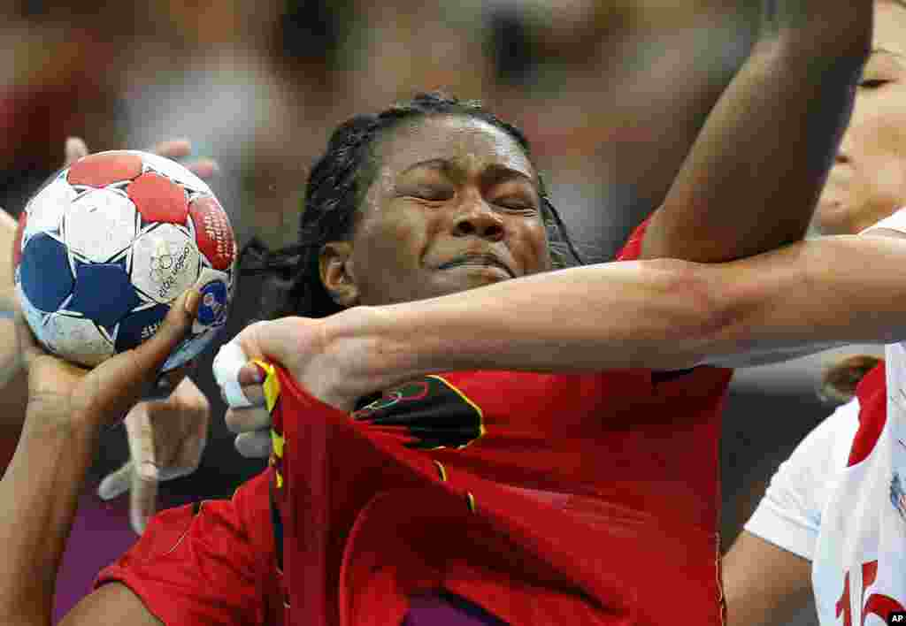 Marcelina Kiala de Angola, es marcada por la croata Andrea Penezic durante la ronda preliminar del balonmano femenino.