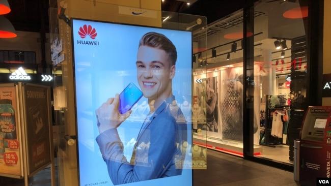 資料照:在捷克共和國布拉格一家大型購物中心內的華為廣告。 (2018年9月29日)