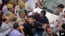 图为印度警方8月16日正在阻拦社会活动人士哈扎尔的支持者拦截押送他的车辆